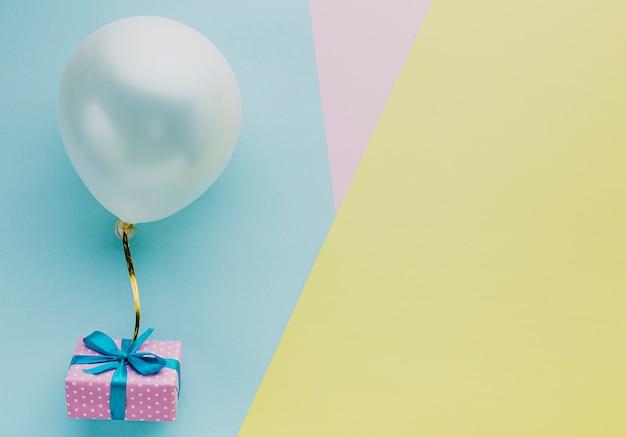 Bovenaanzicht regeling met ballon en kopie-ruimte