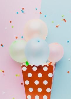 Bovenaanzicht regeling met ballonnen en doos