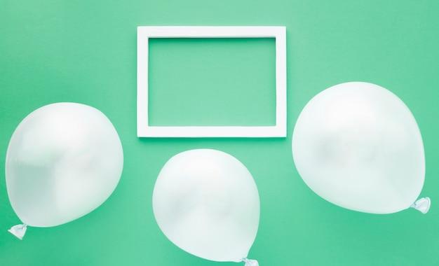 Bovenaanzicht regeling met ballonnen op groene achtergrond