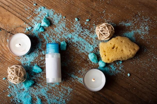 Bovenaanzicht regeling met blauwe badzout en kaarsen
