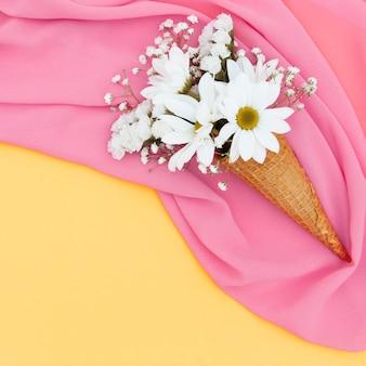 Bovenaanzicht regeling met bloemen op sjaal