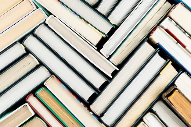 Bovenaanzicht regeling met boeken