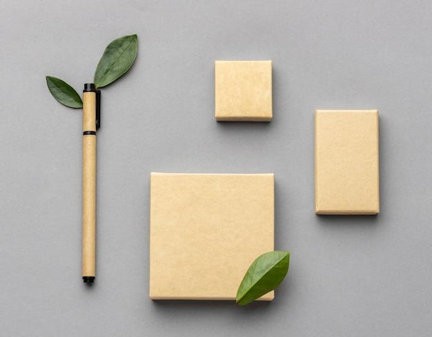 Bovenaanzicht regeling met briefpapier elementen op grijze achtergrond