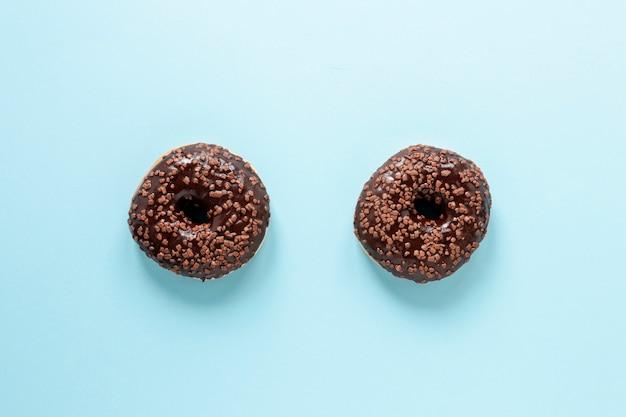 Bovenaanzicht regeling met donuts en blauwe achtergrond