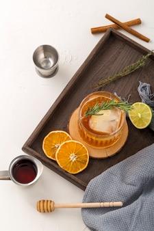 Bovenaanzicht regeling met drank en fruit plakjes