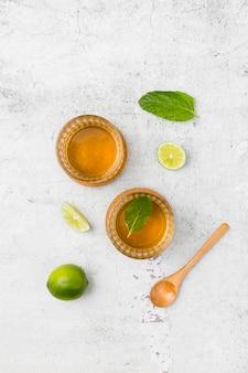 Bovenaanzicht regeling met drank en limoen