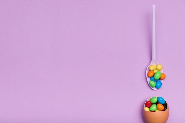 Bovenaanzicht regeling met eierschaal en snoep