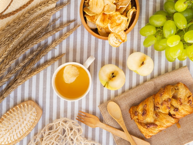 Bovenaanzicht regeling met gebak en fruit