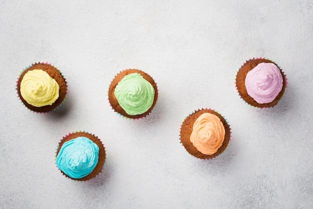 Bovenaanzicht regeling met geglazuurde muffins en witte achtergrond