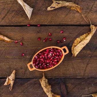 Bovenaanzicht regeling met granaatappel zaden