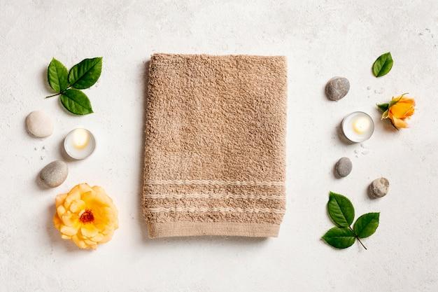 Bovenaanzicht regeling met handdoek en kaarsen