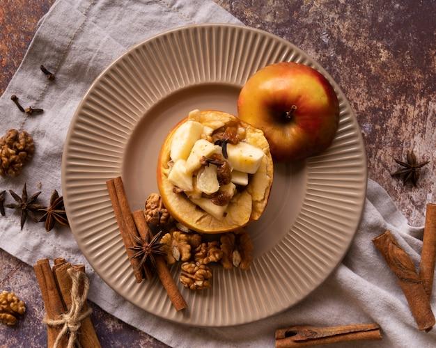 Bovenaanzicht regeling met heerlijke appel en kaneelstokjes