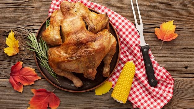 Bovenaanzicht regeling met heerlijke kalkoen en maïs