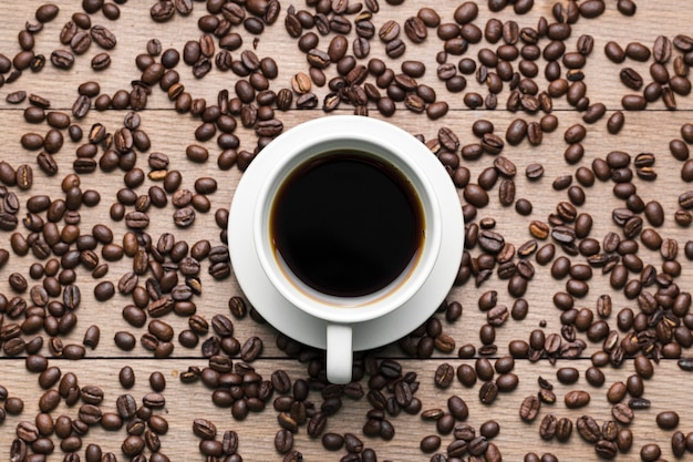 Bovenaanzicht regeling met koffiekopje en bonen