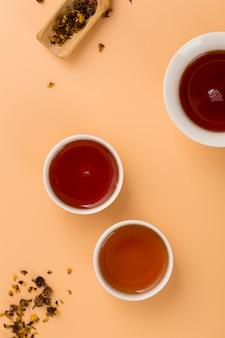 Bovenaanzicht regeling met kopjes thee