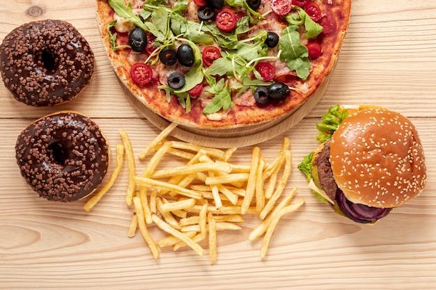Bovenaanzicht regeling met lekker eten en donuts