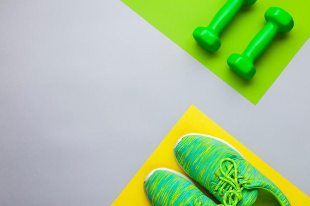Bovenaanzicht regeling met loopschoenen en halters
