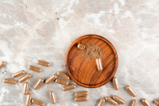 Bovenaanzicht regeling met pillen op marmeren tafel