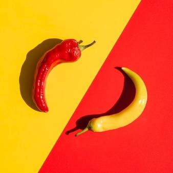 Bovenaanzicht regeling met pittige pepers en gele achtergrond