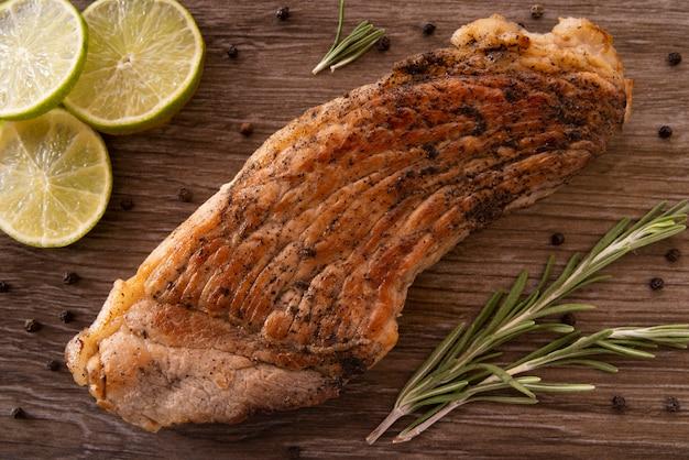 Bovenaanzicht regeling met plakjes vlees en limoen