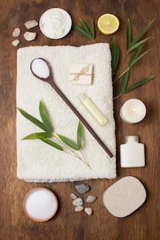 Bovenaanzicht regeling met plant en lepel op handdoek