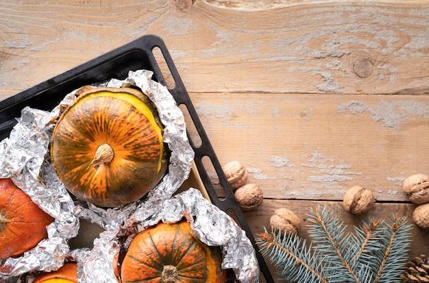 Bovenaanzicht regeling met pompoenen en houten achtergrond
