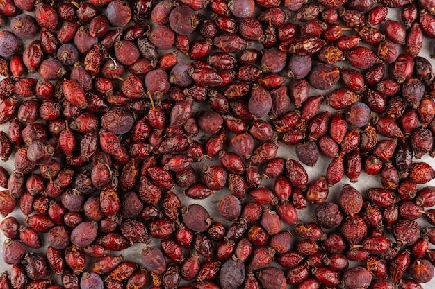 Bovenaanzicht regeling met rode gedroogde vruchten