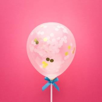 Bovenaanzicht regeling met schattige ballon en lint