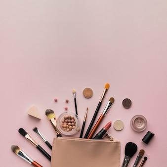 Bovenaanzicht regeling met schoonheid tas en kopie-ruimte