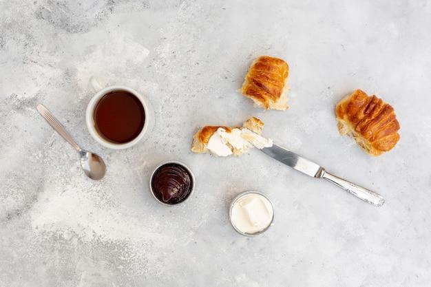 Bovenaanzicht regeling met smakelijke ontbijt en stucwerk achtergrond