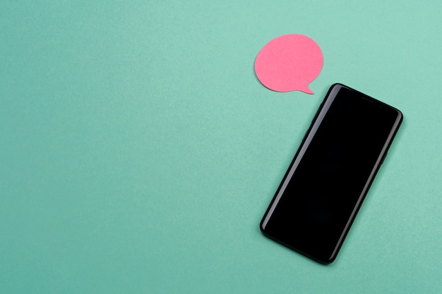Bovenaanzicht regeling met smartphone en notitie