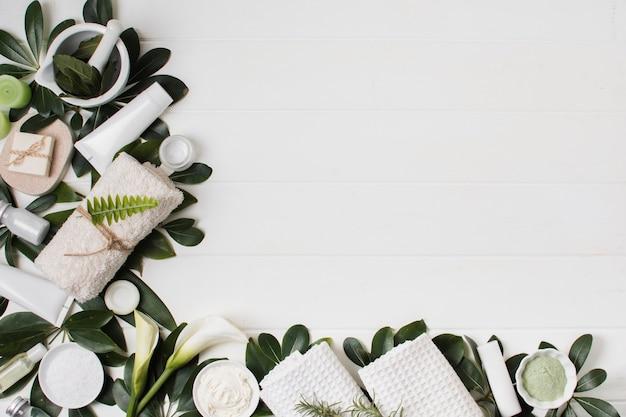 Bovenaanzicht regeling met spa items op witte achtergrond