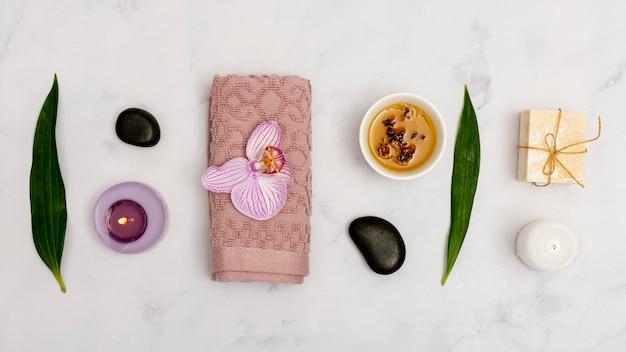 Bovenaanzicht regeling met spa-producten op marmeren tafel