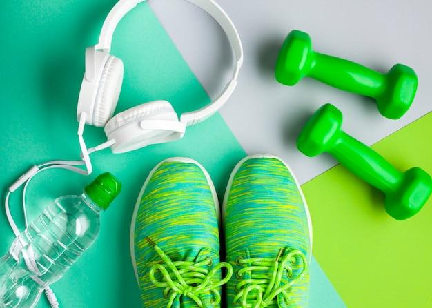 Bovenaanzicht regeling met sportartikelen en koptelefoon