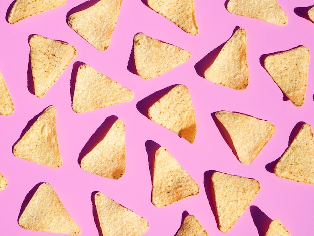 Bovenaanzicht regeling met tortilla op roze achtergrond