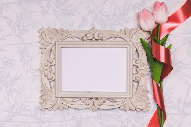 Bovenaanzicht regeling met tulpen en frame