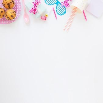 Bovenaanzicht regeling met verjaardag items en kopie ruimte
