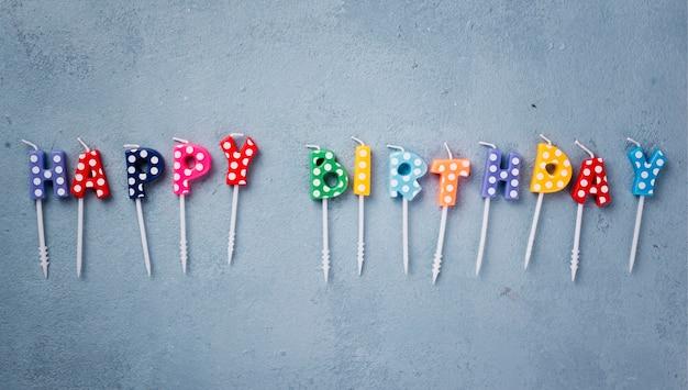 Bovenaanzicht regeling met verjaardagskaarsen