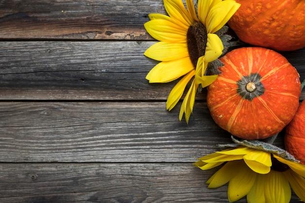 Bovenaanzicht regeling met zonnebloemen en pompoenen