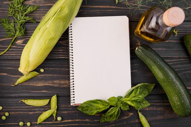 Bovenaanzicht regeling van groenten met lege blocnote