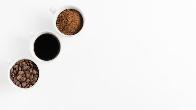 Bovenaanzicht regeling van koffie in mokken met kopie ruimte