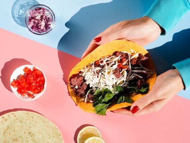 Bovenaanzicht regeling van vlees en groenten voor mexicaanse taco