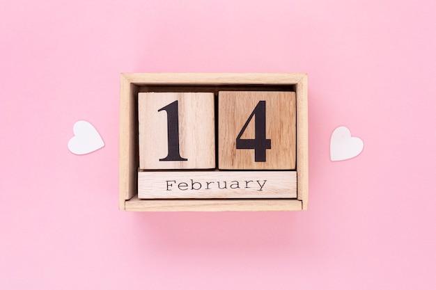 Bovenaanzicht regeling voor valentijnsdag met roze achtergrond