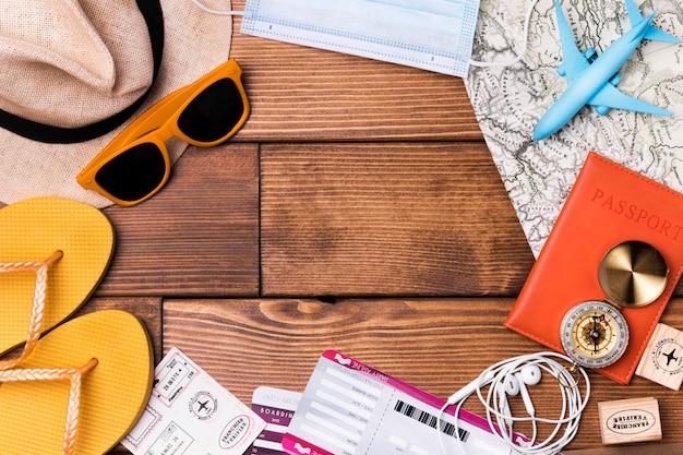 Bovenaanzicht reisaccessoires met paspoort en vliegtickets