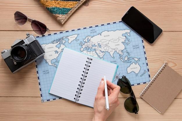 Bovenaanzicht reisartikelen op houten achtergrond