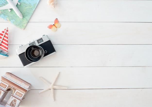 Bovenaanzicht reisconcept met retro camerafilms, kaart en outfit van reiziger, toeristische essentials, vintage tooneffect