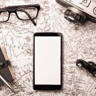 Bovenaanzicht reisconcept met smartphone