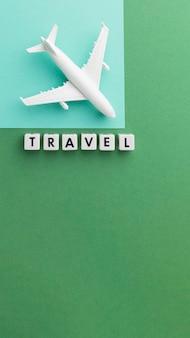 Bovenaanzicht reisconcept met wit vliegtuig
