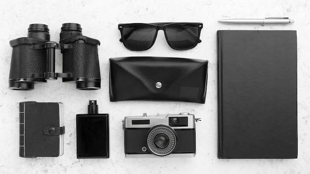 Bovenaanzicht reisconcept met zwarte items