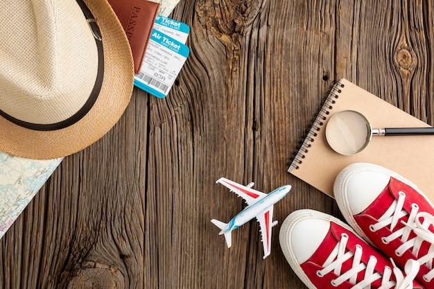 Bovenaanzicht reiselementen en sneakers